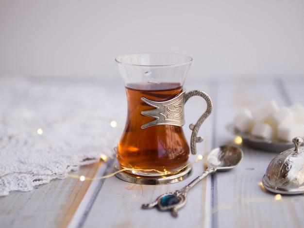 Cerca de la taza de té de cristal