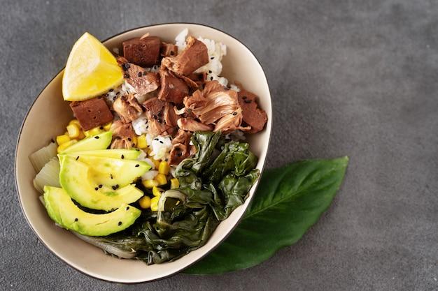 Cerca del tazón saludable vegano con arroz, ensalada y jaca