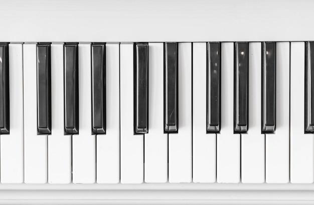 Cerca del teclado del piano