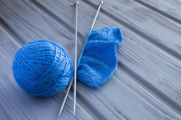 Cerca de tejido azul y muestra de tejido