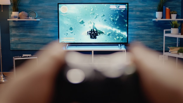 Cerca de la televisión para juegos en la moderna sala de estar en casa
