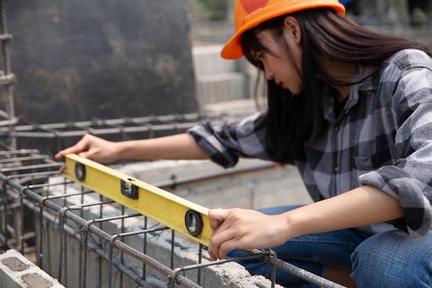 Cerca del trabajador de la construcción en el sitio de construcción