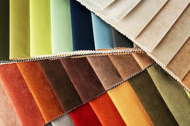Cerca de trozos de tejido de color