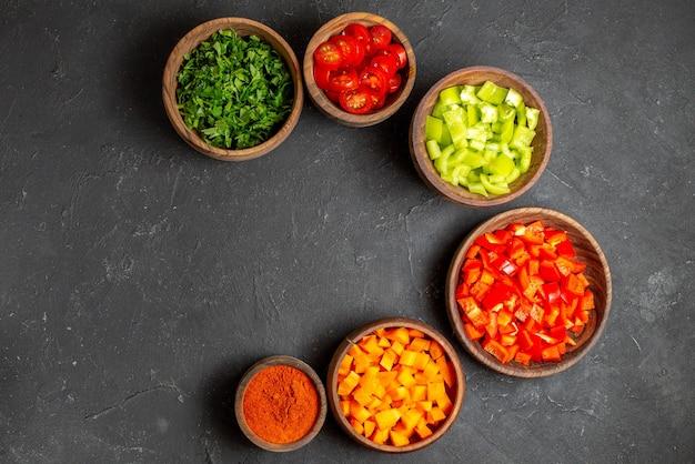 Cerca de varias verduras picadas en tazones