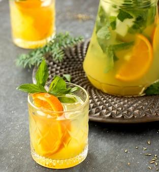 Cerca de un vaso con mojito de naranja