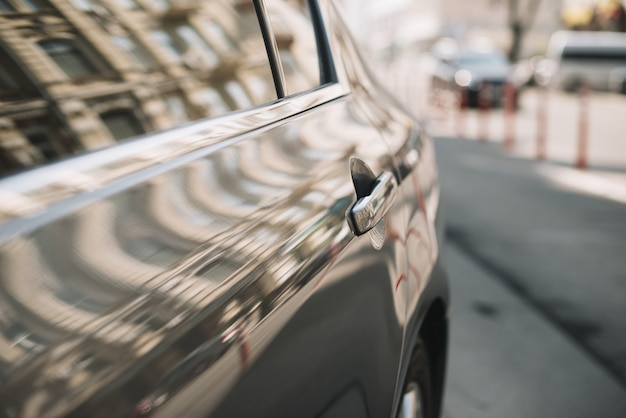 Cerca del vehículo automóvil