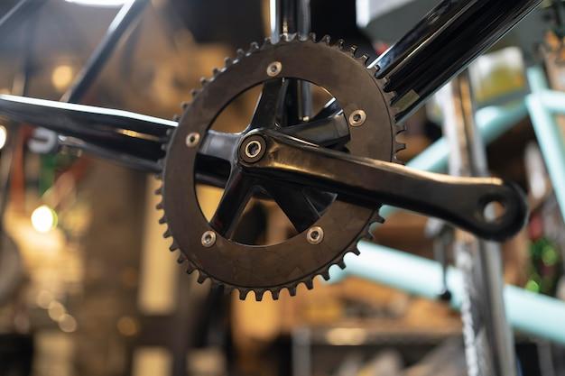 Cerca de la vieja pieza de bicicleta