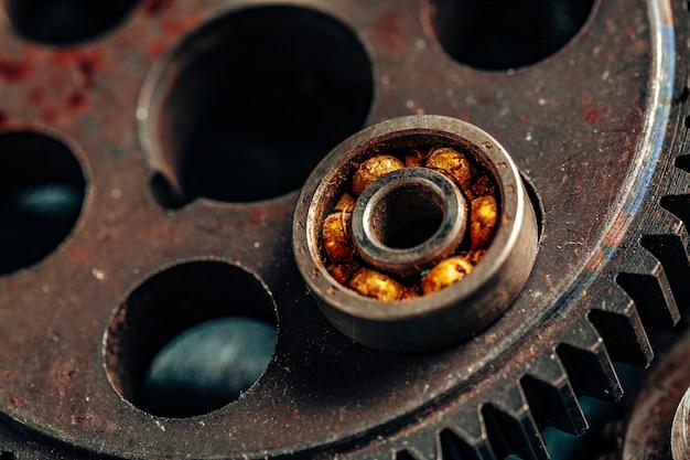 Cerca de viejas piezas de automóviles oxidados en la oscuridad