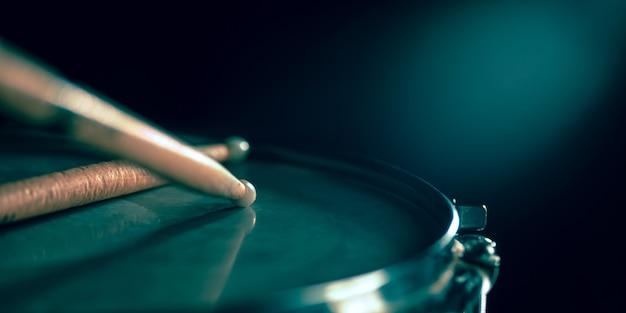 Cerca del viejo tambor y baquetas retro