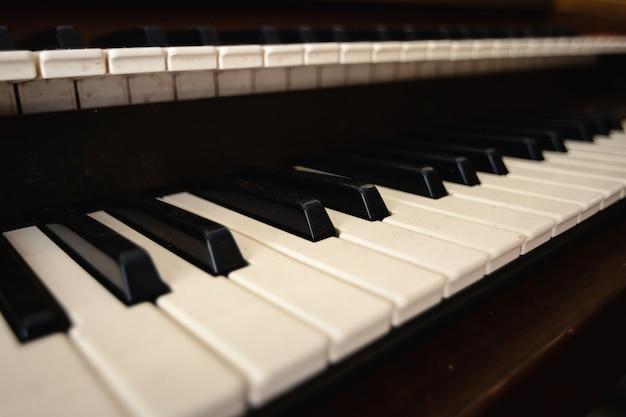 Cerca del viejo teclado de piano.
