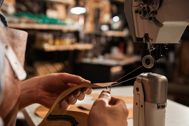 Cerca de un zapatero con máquina de coser