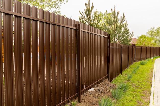 Cercado marrón cercado ventilado para una granja o casa de campo