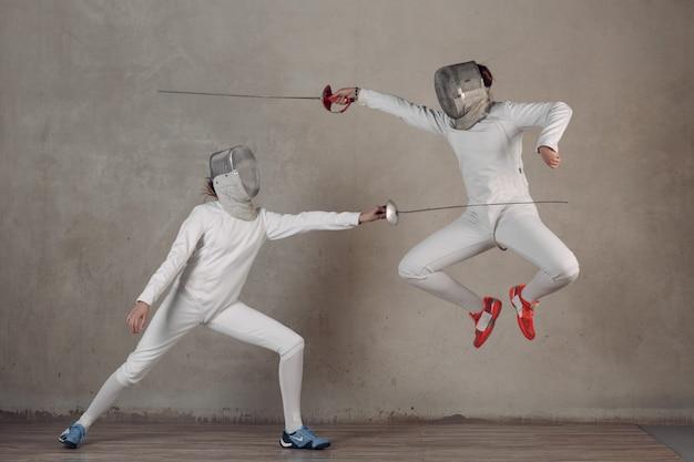 Cercas con espada de esgrima. concepto de duelo de esgrima. ataca y salta.