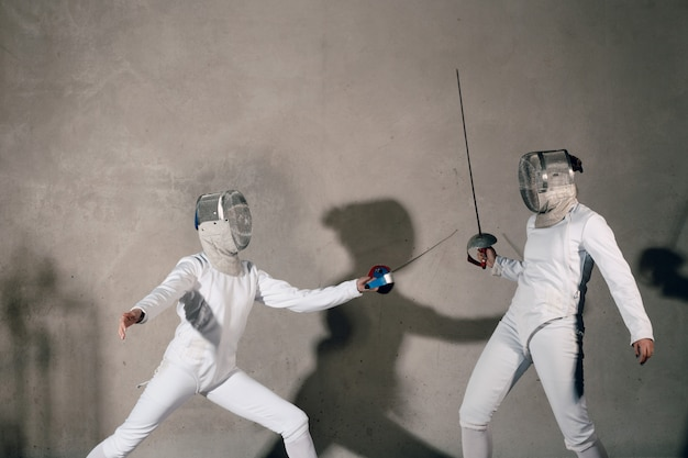 Cercas con espada de esgrima. concepto de duelo de esgrima.