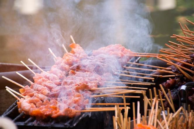 Cerdo en una estufa de carbón y humo.