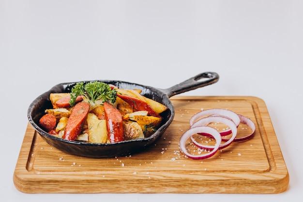 Cerdo picante con verduras en una sartén
