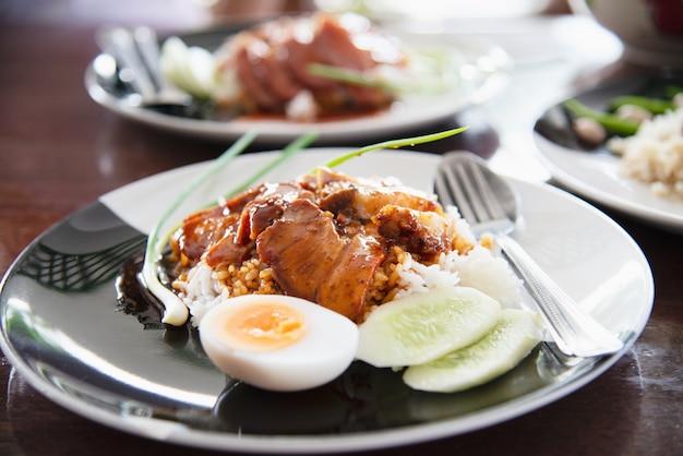 Cerdo rojo y arroz - famosa receta de comida tailandesa