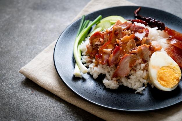 Cerdo rojo asado en salsa sobre arroz cubierto