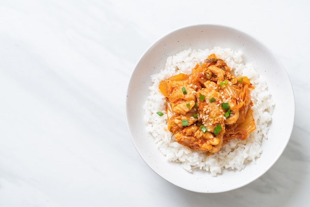 Cerdo salteado con kimchi sobre arroz cubierto