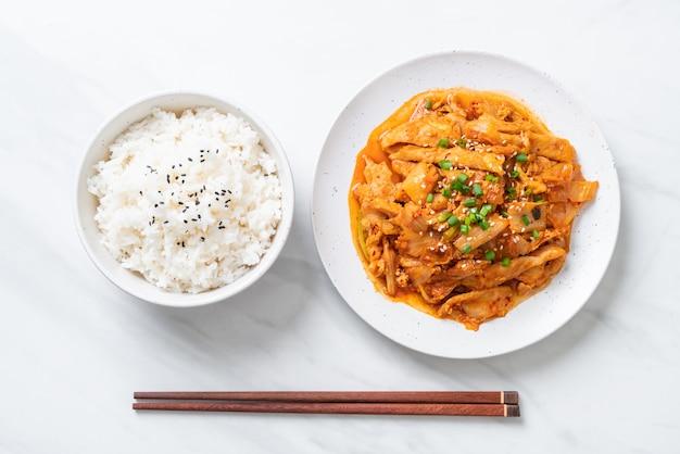 Cerdo salteado con kimchi