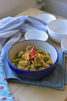 Cerdo salteado con pasta de curry y judías largas