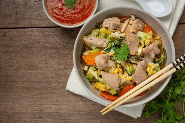 Cerdo sukiyaki servido con salsa picante suki