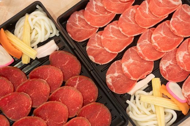Cerdo, ternera, toboganes colocados en la bandeja servida, en el restaurante.
