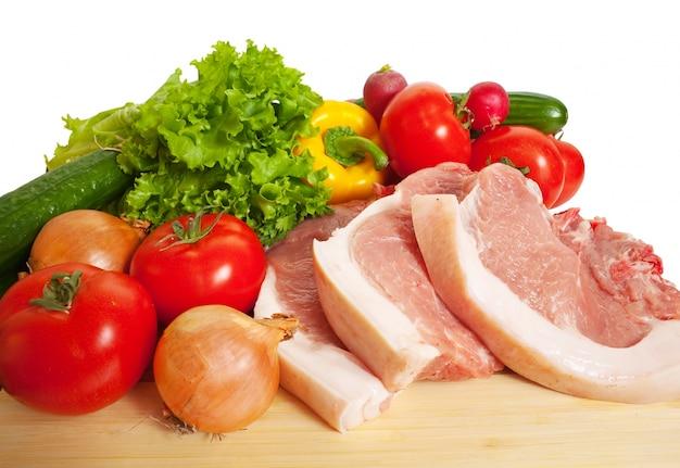 Cerdo y verduras crudas