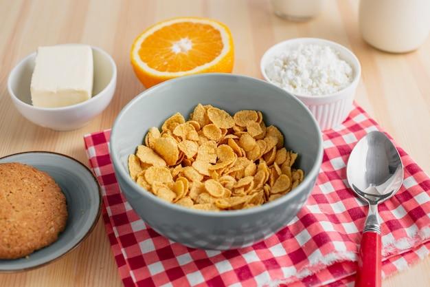 Cereal de alto ángulo con naranja y queso