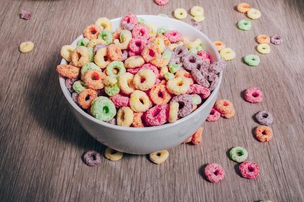 Cereal de colores en un tazón para el desayuno