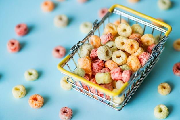 Cereal en una canasta de compras
