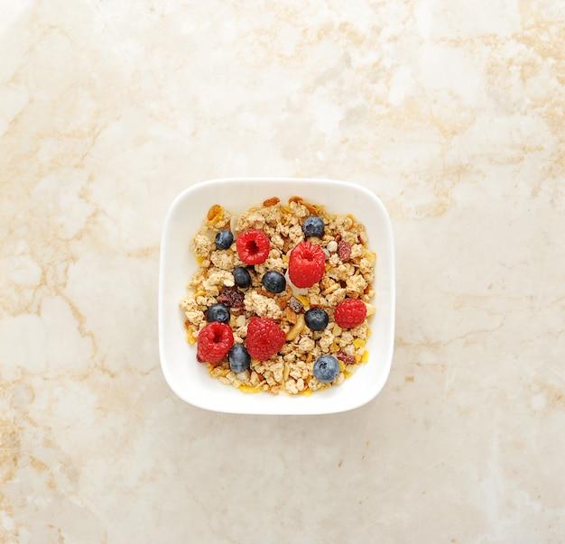 Cereal de muesli con frambuesas y arándanos