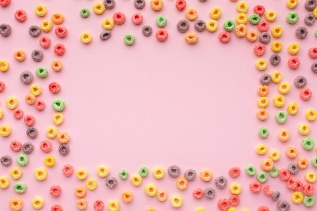 Cereales coloridos surtidos con espacio de copia