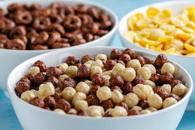 Cereales y desayuno seco de bolas de chocolate, anillos y copos de maíz.