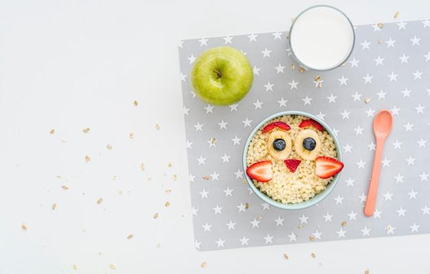 Cereales con frutas con espacio de copia