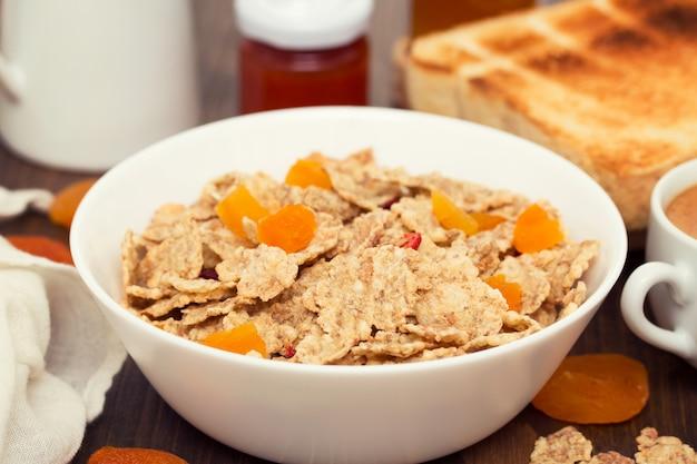 Cereales con frutos secos en tazón y mermelada