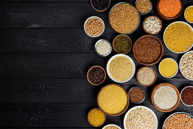 Cereales, granos, semillas y granos en tazones.
