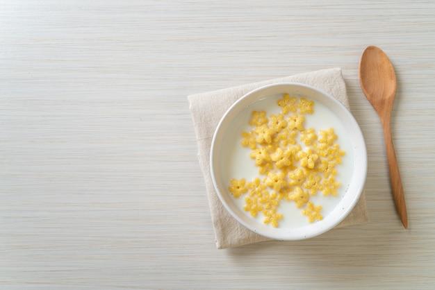 Cereales integrales con leche fresca para el desayuno