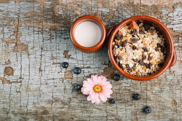 Cereales y leche cerca de la flor