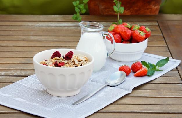 Cereales con liofilizado de frambuesa y fresa fresca