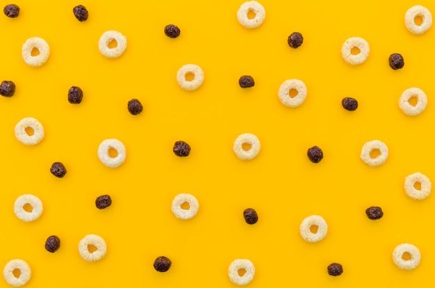 Cereales multicolores con afrutado sobre fondo naranja