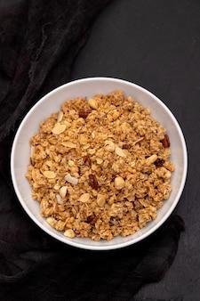 Cereales con nueces y frutas secas en un tazón grande