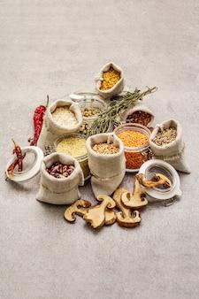 Cereales, pastas, legumbres, champiñones secos y especias.
