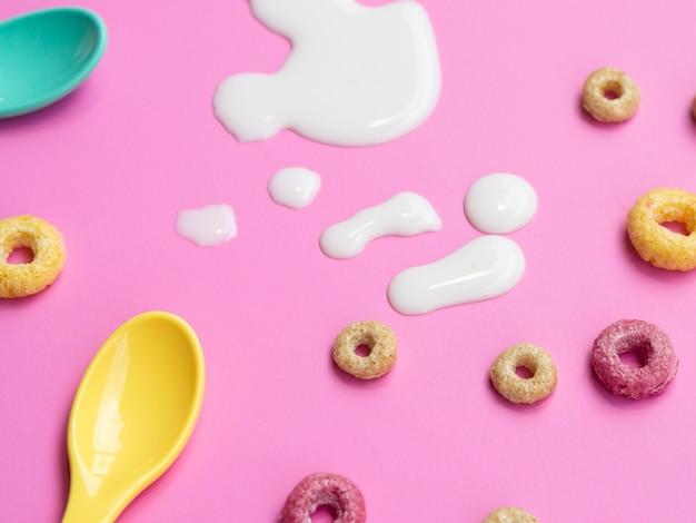 Cereales en primer plano con una gota de leche