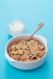 Cereales en tazón de fuente blanco con leche