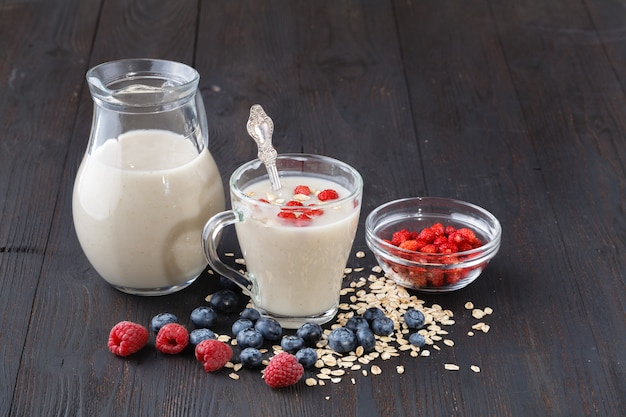 Cereales y varios ingredientes deliciosos para el desayuno.