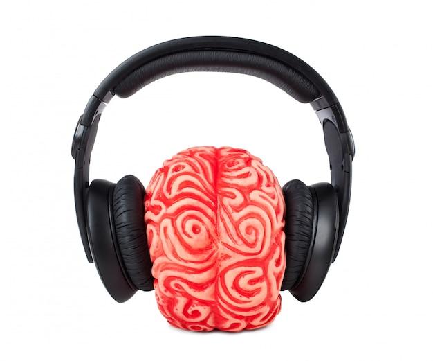 Cerebro humano de goma con auriculares