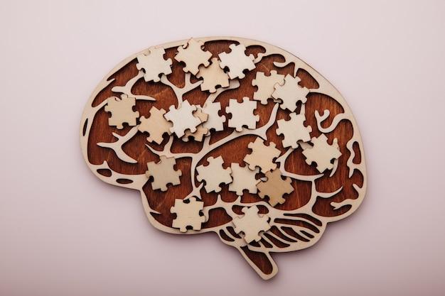 Cerebro con rompecabezas de madera salud mental y problemas con la vista superior de la memoria