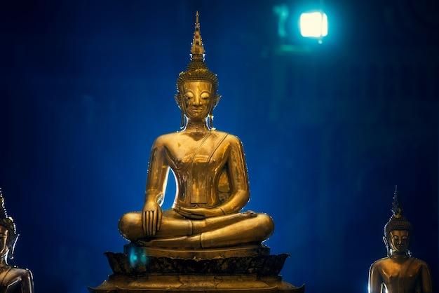 Ceremonia del agua de la estatua de buda en el festival songkran