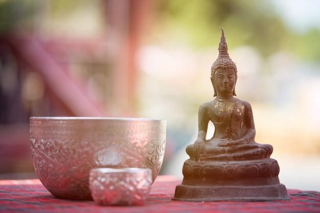 Ceremonia del agua de la estatua de buda en la tradición del festival de songkran, tailandia